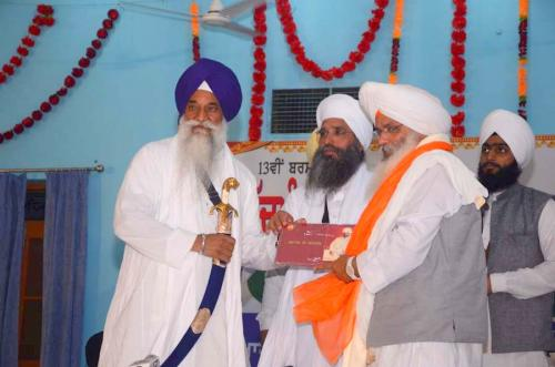 Singh Sahib Giani Gurbachan Singh ji and Sant Baba Amir Singh ji honouring Bhai Guriqbal Singh ji
