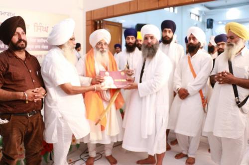 Sant Baba Amir Singh ji honouring Bhai Guriqbal Singh ji