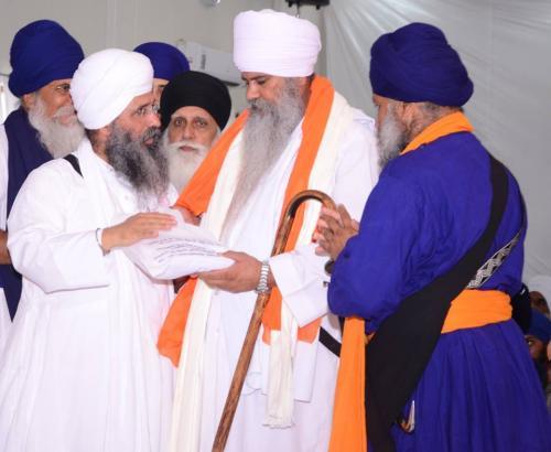 Sant Baba Amir Singh ji honouring Sant Narinder Singh ji