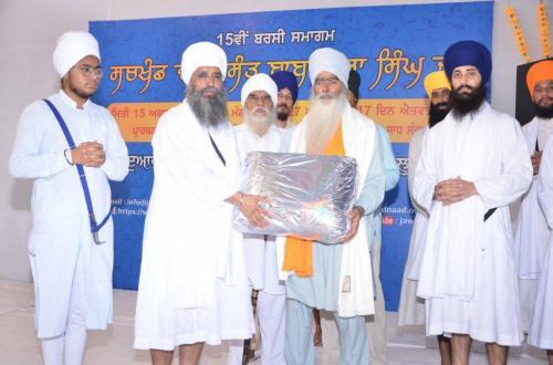 Sant Baba Amir Singh ji honouring Sant Baba Parmjit Singh ji Hansali