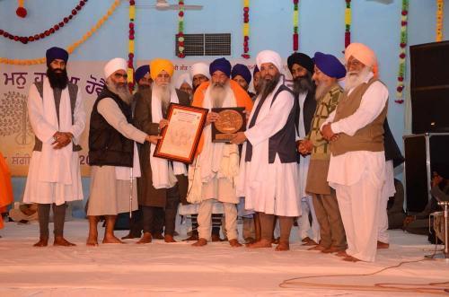 Sant Baba Amir Singh ji honouring Ustaad Surjit Singh ji