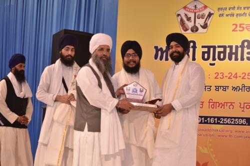 Sant Baba Amir Singh ji honouring Bhai Balpreet Singh ji