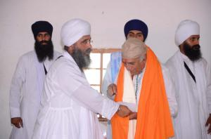 Sant baba Amir Singh honouring Pandit Ramakant ji