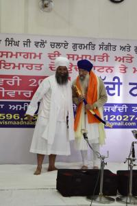 Sant-Baba-Amir-Singh-ji-honouring-Giani-Narinder-Singh-ji-Canada