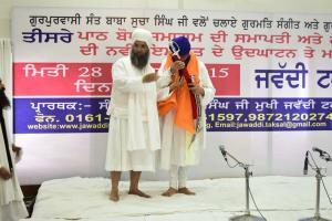 Sant-Baba-Amir-Singh-ji-honouring-Singh-Sahib-Giani-Gurmukh-Singh-ji-Jathedar-Takhhat-Sri-Damdama-Sahib-Sabho-ki-Talwandi 3