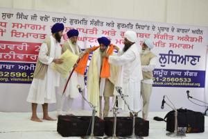Sant-Baba-Amir-Singh-ji-honouring-Ustaad-Swaran-Singh-ji