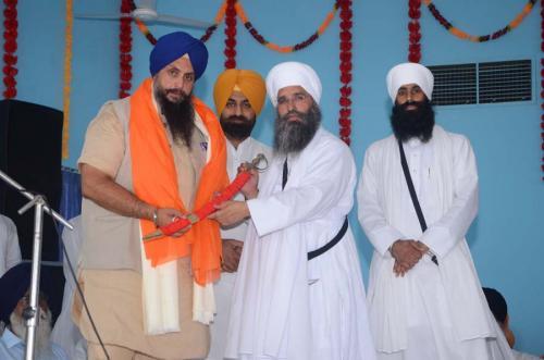Sant Baba Amir Singh ji honouring Bhai Paramjit Singh ji Rana
